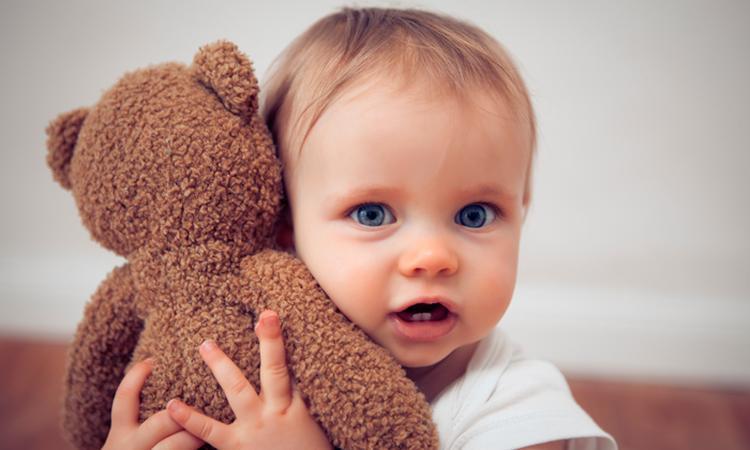 Waarom een knuffel zo belangrijk is voor je baby