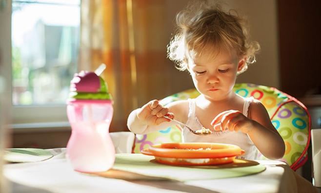 Wanneer mag een baby met de pot mee-eten?