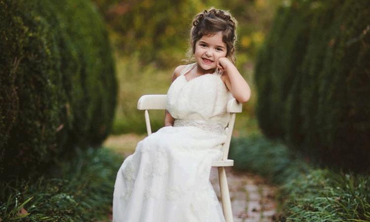 Mooi: meisje draagt trouwjurk van overleden moeder
