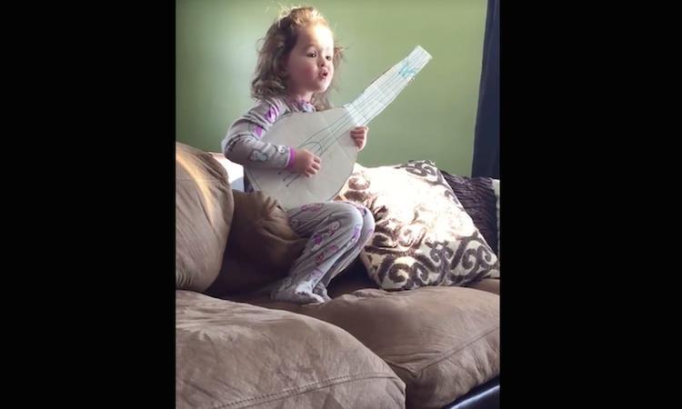 Schattig: meisje zingt 'Hello' op zelfgeknutselde gitaar