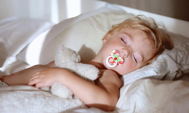 5 tips om je kind in slaap te laten vallen met dit warme weer