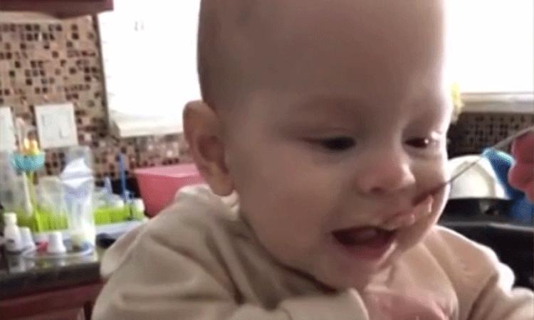 Hilarisch: baby valt lepel aan