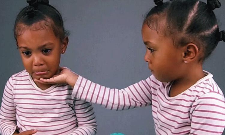 Hilarisch: meisje komt erachter dat haar tweelingzus 1 minuut ouder is