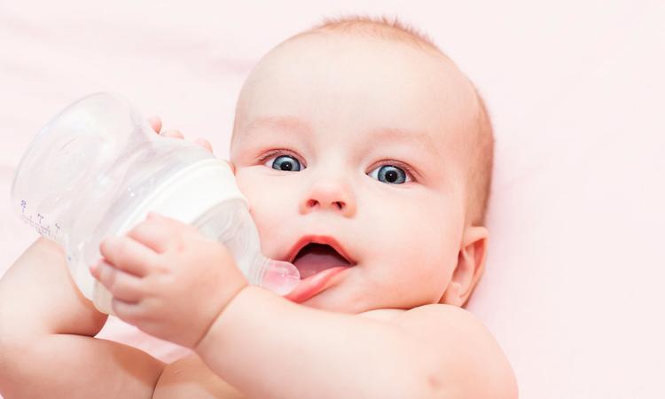 Vanaf welke leeftijd mag een baby water drinken?