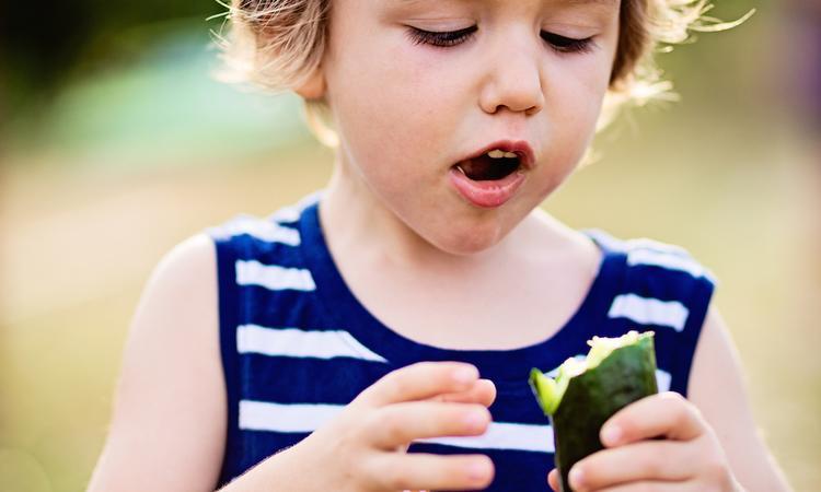 Kinderen eten meer groenten als het niet gesneden is