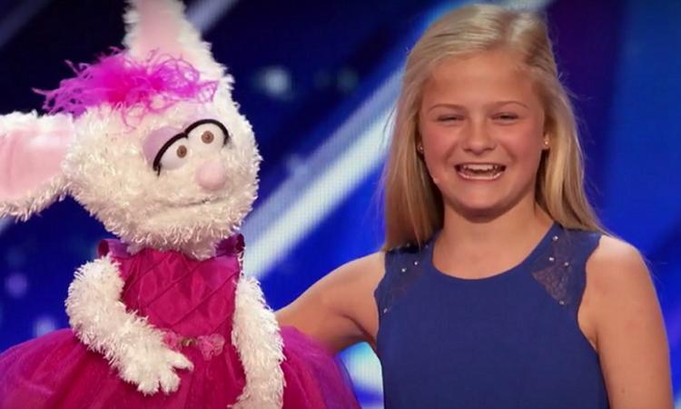 Meisje zingt duet met konijn en blaast iedereen omver