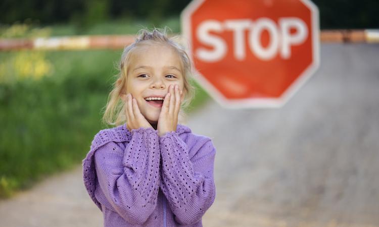 Meisje (5) bezorgt haar vader een boete voor het rijden door rood