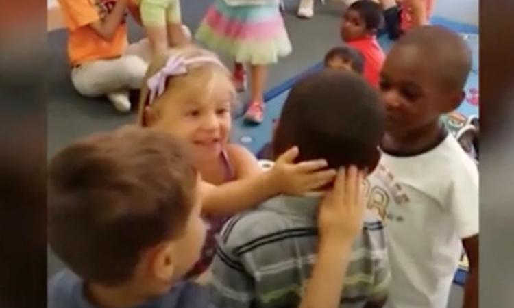 Kippenvel: jongetje krijgt warm onthaal als hij terugkomt op school