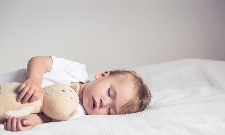 Kind sneller in slaap laten vallen? Lees hem voor met meditatietechnieken