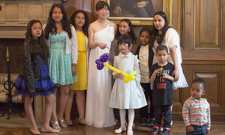 Vrouw cancelt bruiloft en trakteert arme kinderen