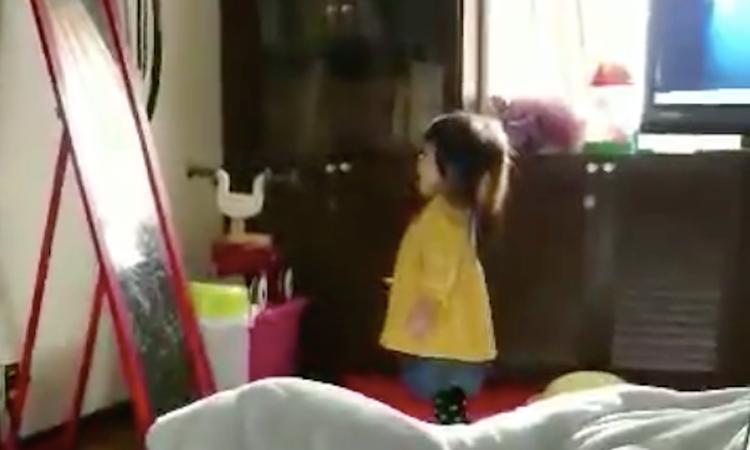 Komisch: meisje niest en valt