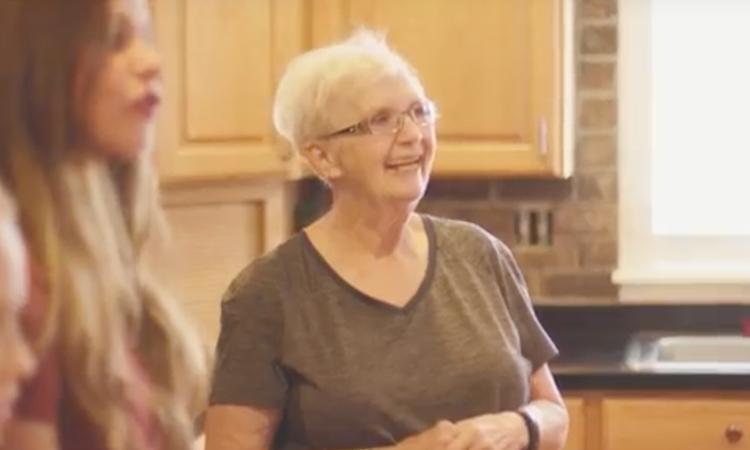 Christie (73) is met 35 adoptiekinderen een 'supermoeder'
