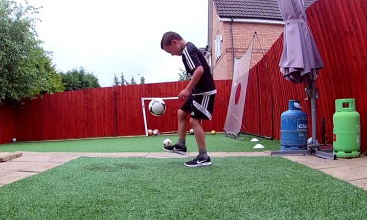 Jongetje heeft bal volledig onder controle