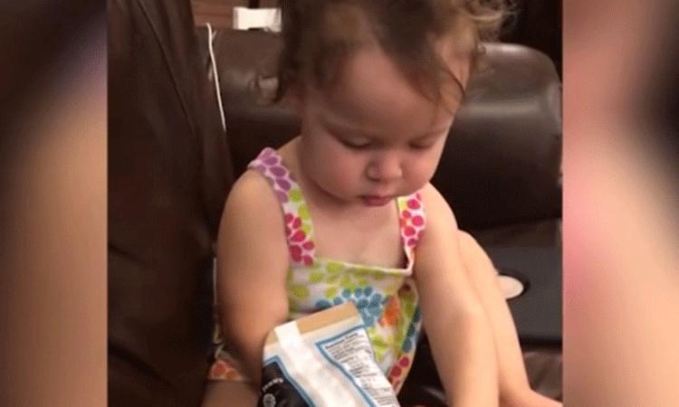 Meisje proeft voor het eerst chips met zeezout