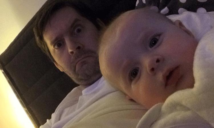 Vader maakt moeder ongerust met grappige foto's