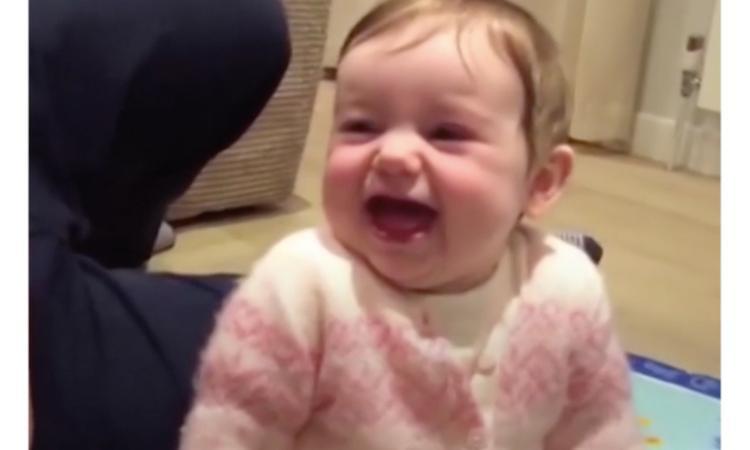 Baby trakteert ouders op een dikke vette lach