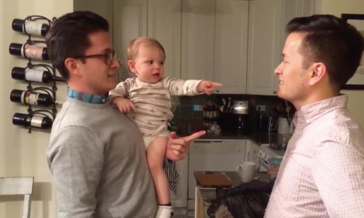 Tweelingbroer van zijn vader brengt baby volledig in verwarring