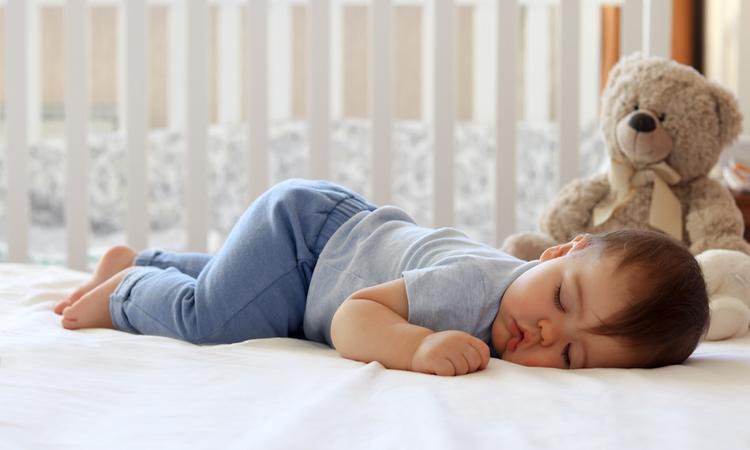 Dit is waarom sommige baby's het liefst met hun bips omhoog slapen