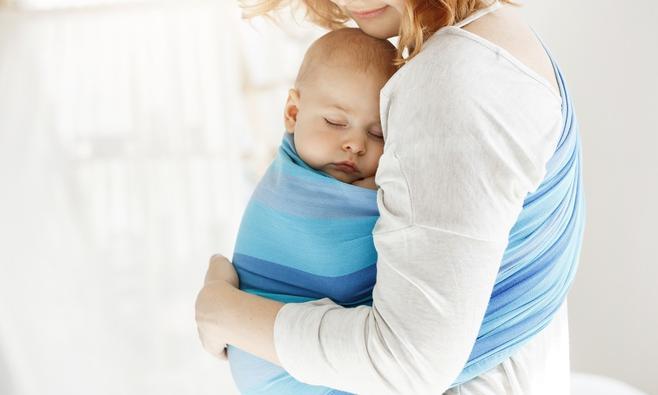 Baby dragen in een draagdoek of draagzak