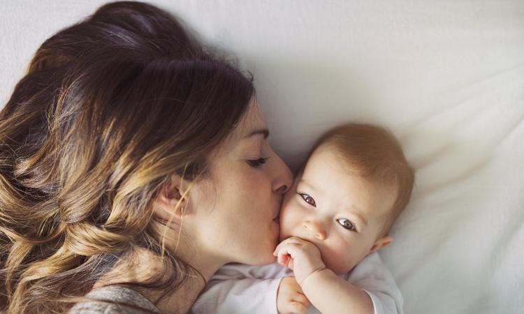 Onderzoek: zo belangrijk is knuffelen met je baby