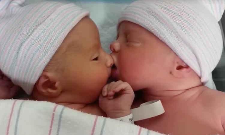 Hongerige baby hapt naar neus van broer