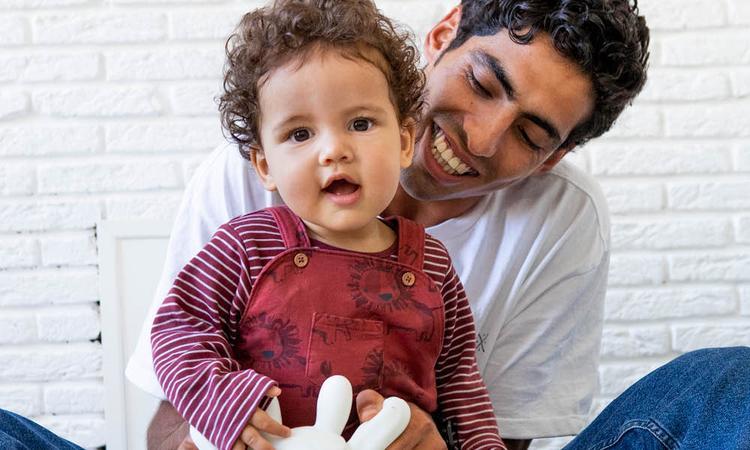 Vaderliefde: 'Ik ben verbaasd hoe onwennig Nederlandse mannen met een baby zijn'