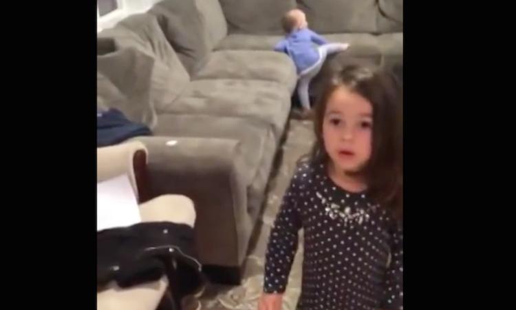 Lief: meisje 'redt' kerstcadeaus broertje