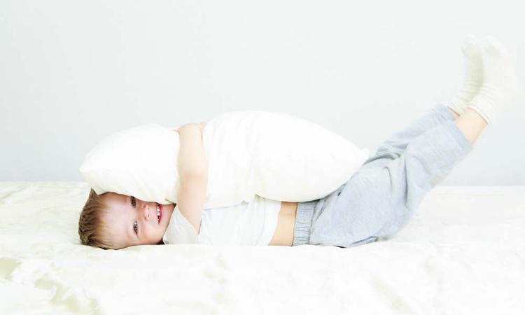 Slaapexpert: 'Laat je kind tot zijn derde jaar in een ledikant slapen'