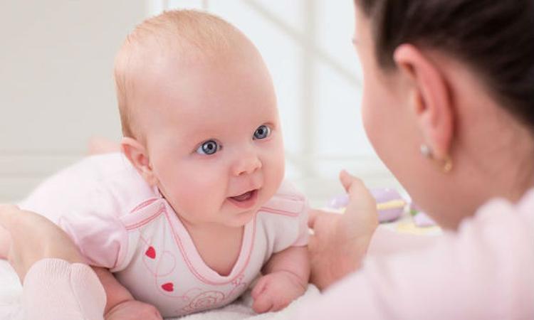 Nederlandse baby ziet ouders weinig