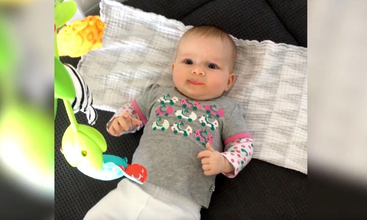 Pratende baby geeft ouders date advies