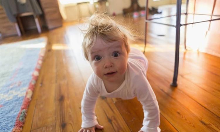 kruipende baby op vloer
