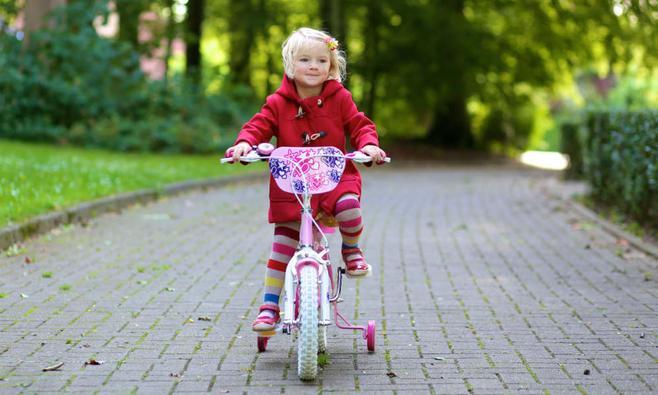Meisjes leren fietsen