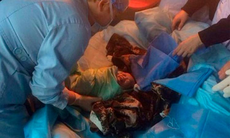 Chinese baby uit riool gered