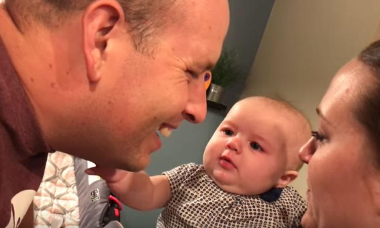 Zó schattig: deze baby is jaloers als papa en mama kussen