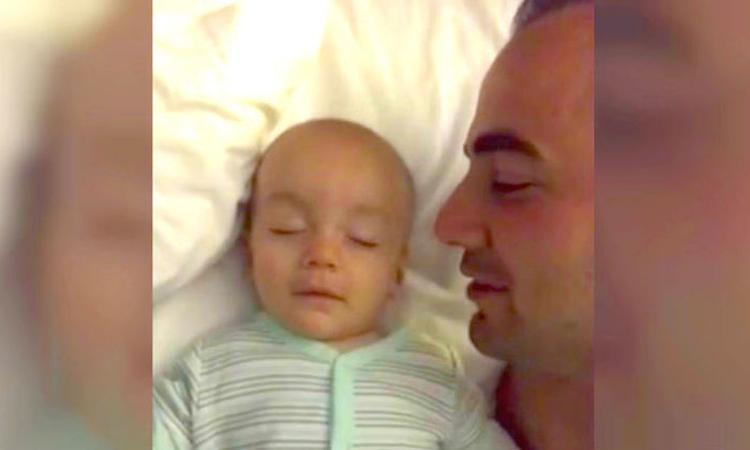 Vader fluistert 'I love you' in oor van zoontje