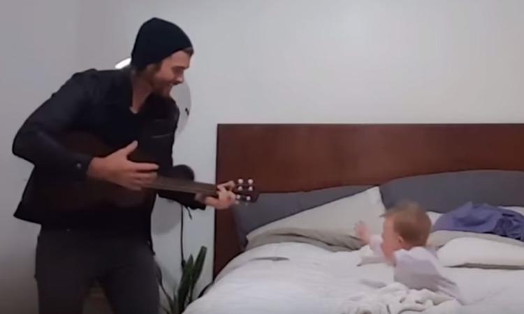 Smelt! Deze (knappe) vader brengt een te lieve serenade aan zijn dochtertje