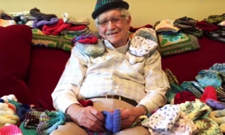 Lieve opa leert mutsjes breien voor premature baby's