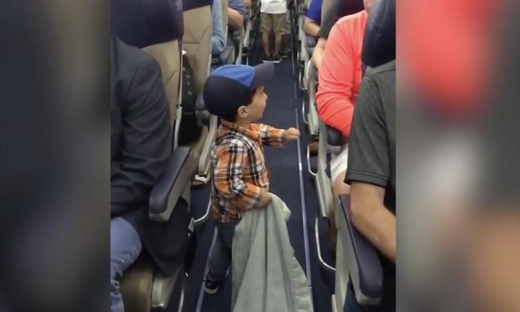 Jongetje (2) zorgt voor vrolijke gezichten in het vliegtuig