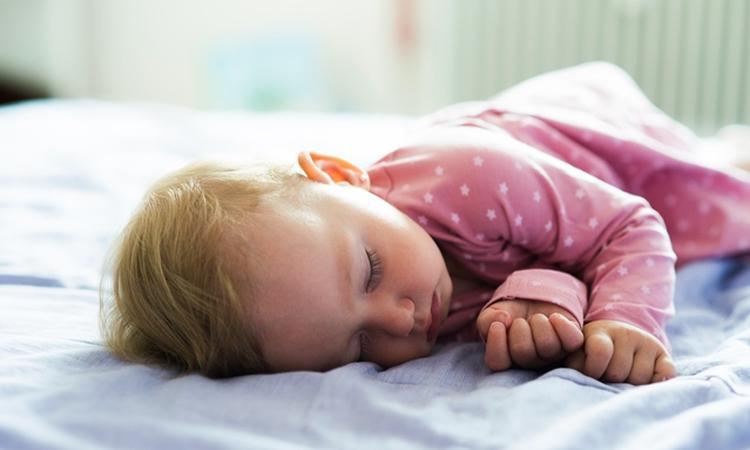 7x handige tips voor een nachtje weg mét baby