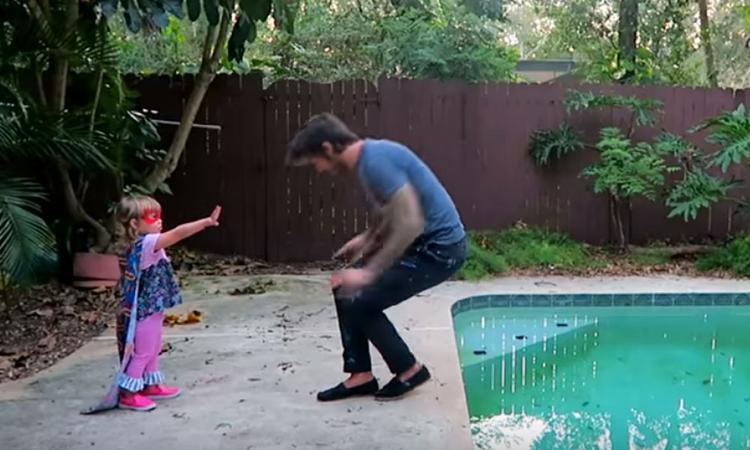 Vader geeft zijn dochter elke dag het gevoel dat ze een superheld is