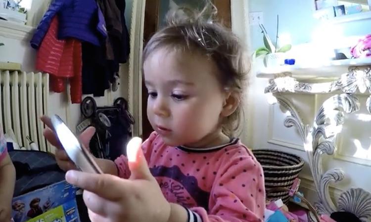 Meisje heeft heerlijk late reactie op foto van spin: 'Yieks!'