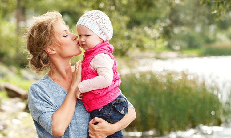 Dit is dé reden dat veel moeders hun kind links dragen