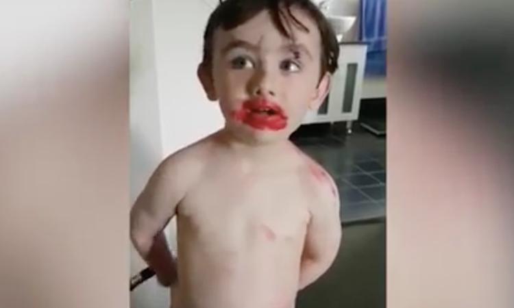 Jongetje blijft ontkennen dat hij lippenstift heeft gebruikt