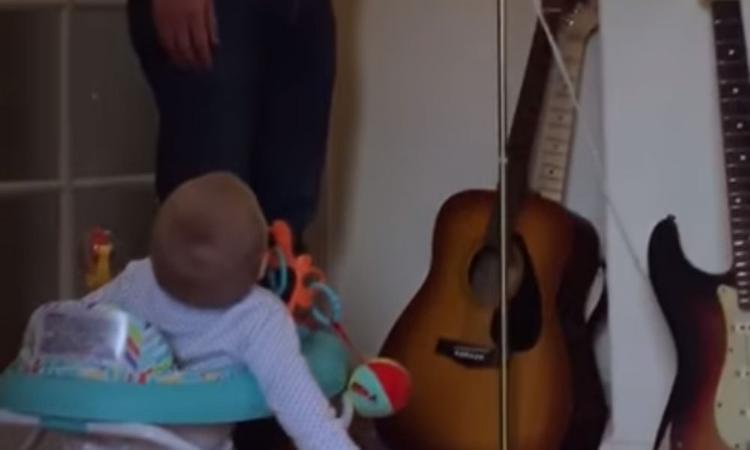 Om blij van te worden: baby ligt in een deuk om een lamp
