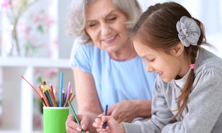 'Oppassen op kleinkinderen is goed voor oma's geest'