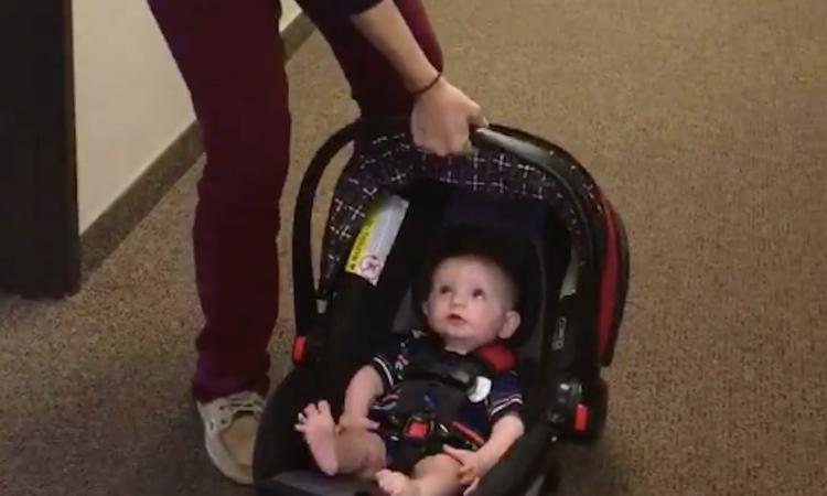Kind dragen in autostoeltje: zo belast je je rug niet