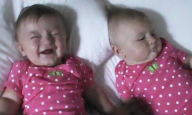 Babytweeling heeft slappe lach om elkaar