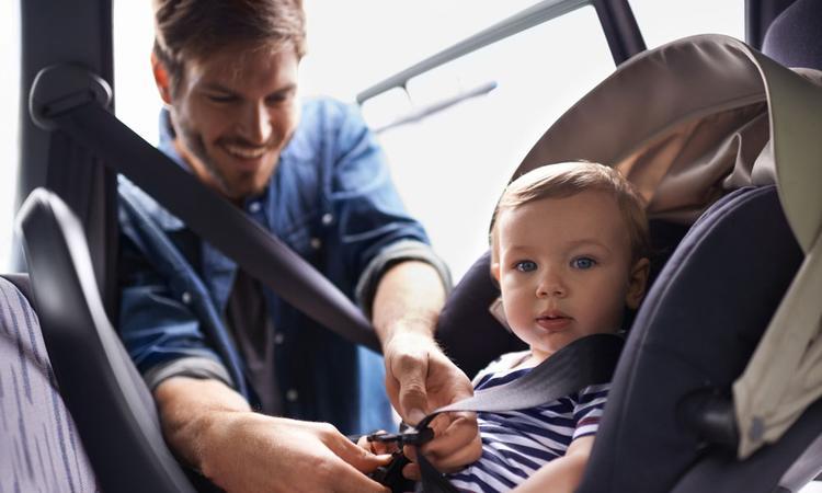 Hoe vervoer je je baby veilig in de auto?
