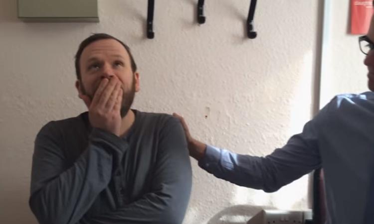 Video: vader van vier hoort voor het eerst in tien jaar stilte