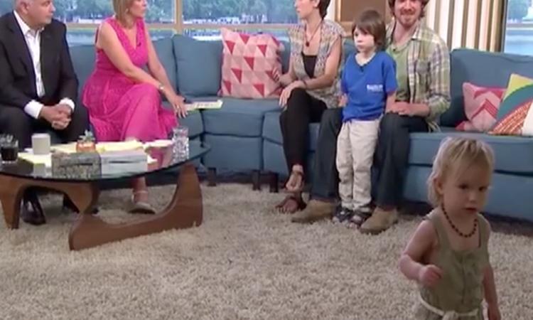 Meisje plast op vloer tijdens televisie-uitzending